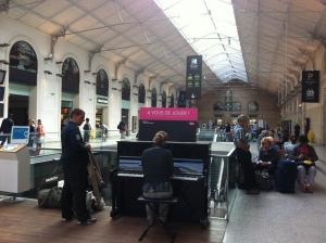 Piano na estação de trem, Paris